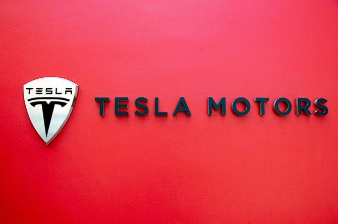 Борьба Tesla и UAW вызвала новую волну доменных регистраций